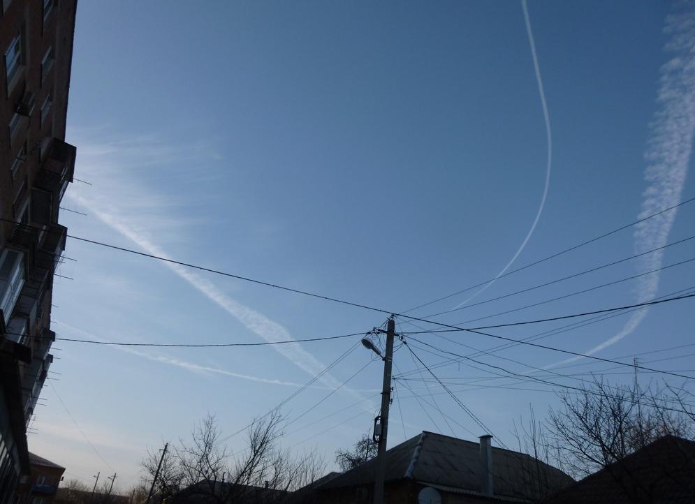 Инверсионные следы в небе над Таганрогом