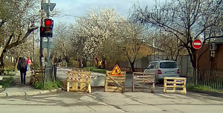 Ограждение перекрывающее переулок 7-ой Новый в Таганроге