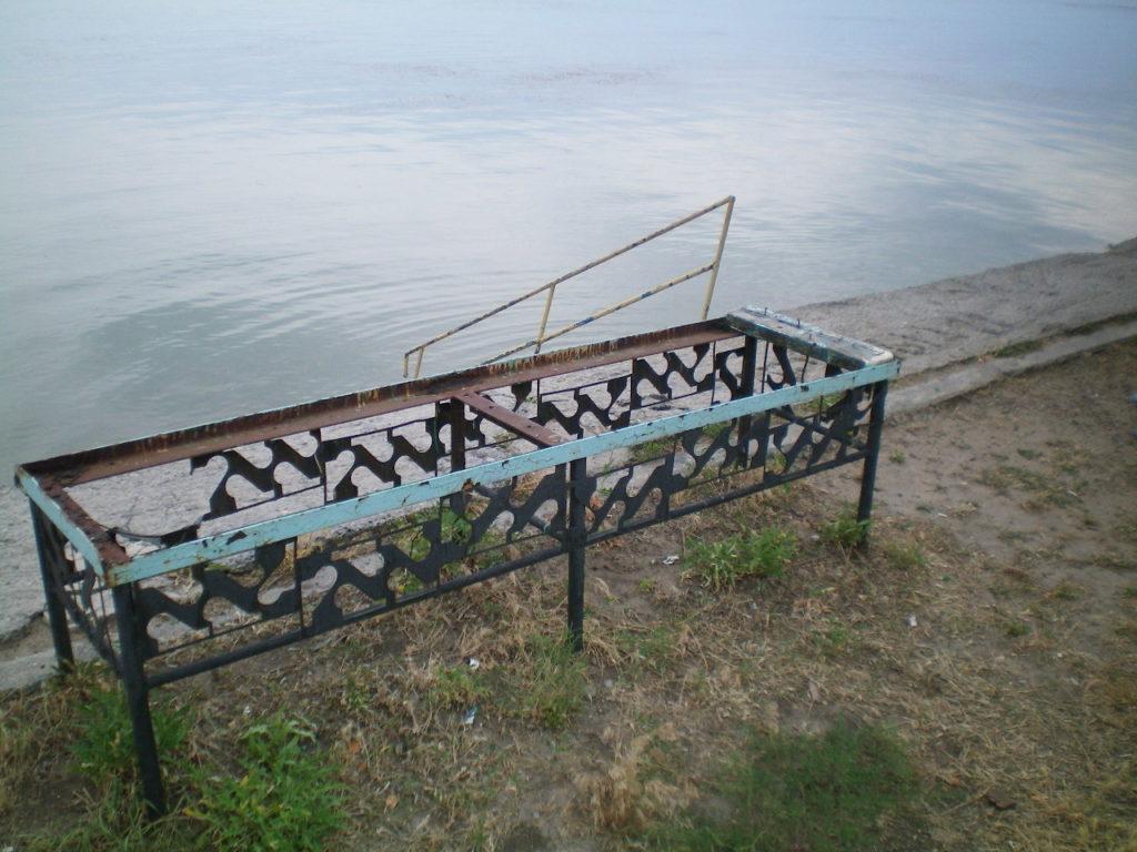 Пушкинская набережная скамейка