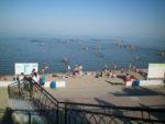 Пляж Тополёк в Таганроге заполнен отдыхающими