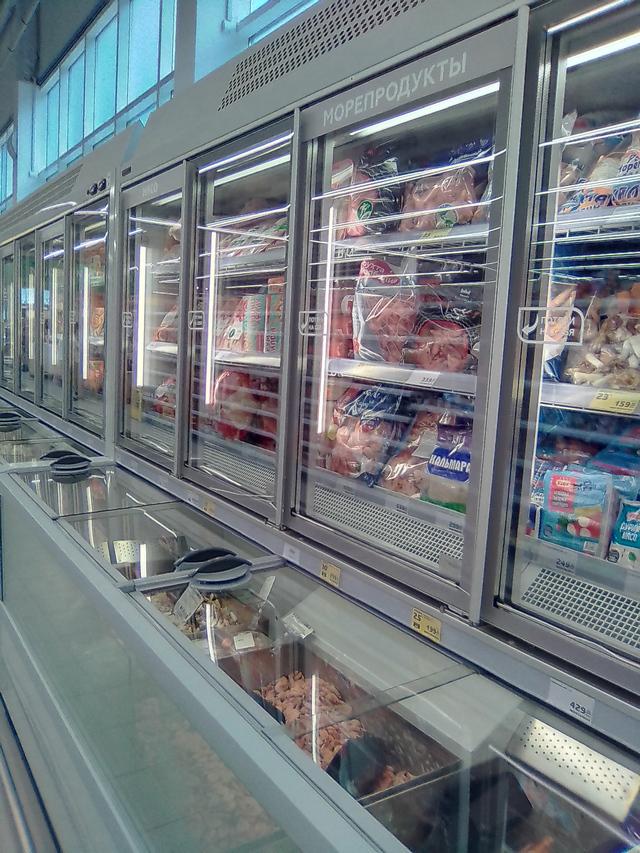 Магнит Семейный на Москатова витрины с замороженными продуктами