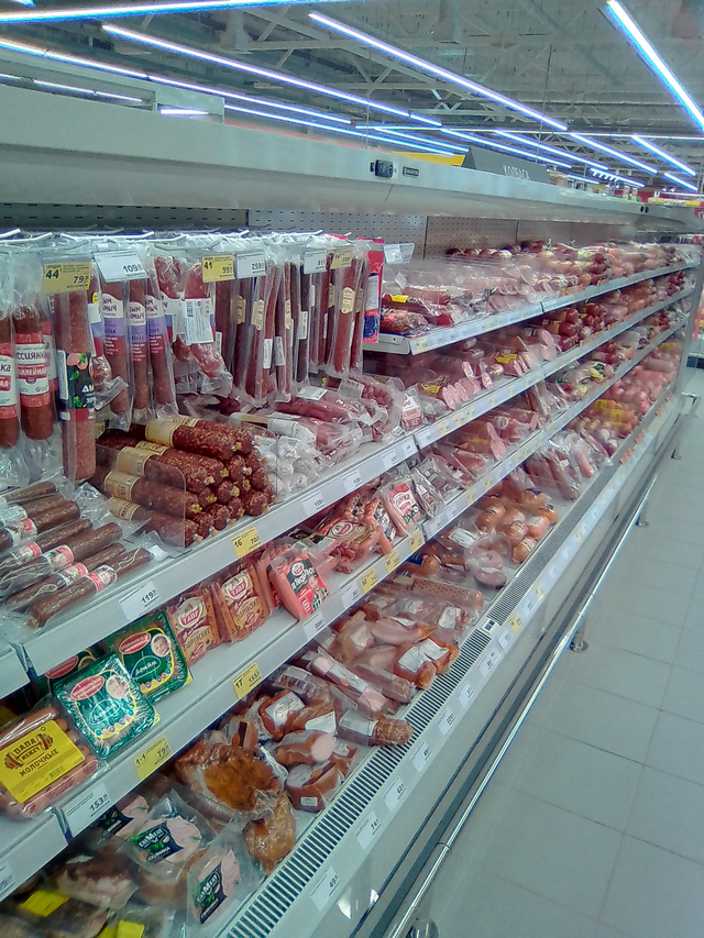 Колбасный ряд в магазине Магнит Семейный на Москатова в Таганроге