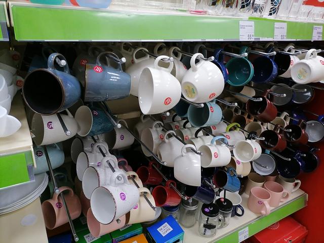 Стеллаж с кружками и бокалами для напитков в магазине Fix Price