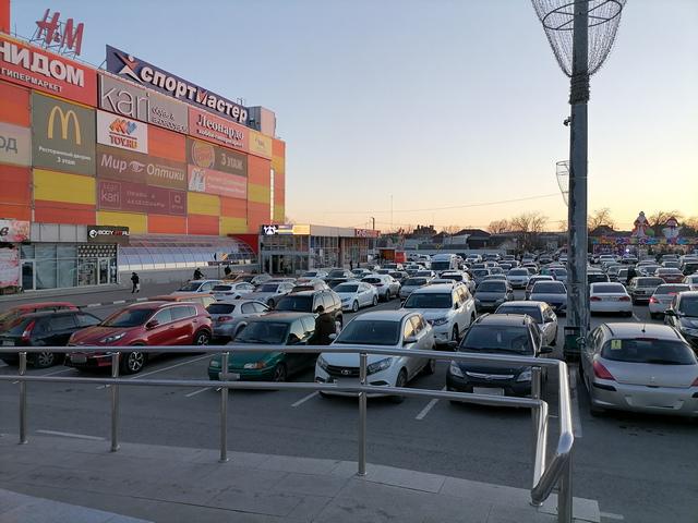 Парковка торговый центр Мармелад в Таганроге