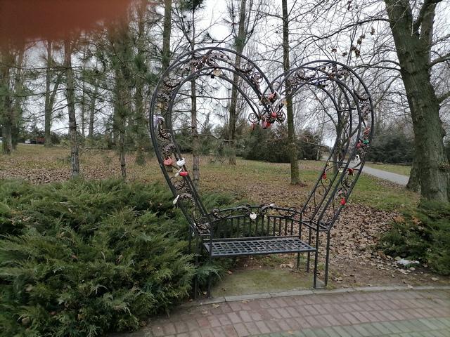 Скамейка любви в сквере у Пушкинской набережной в Таганроге