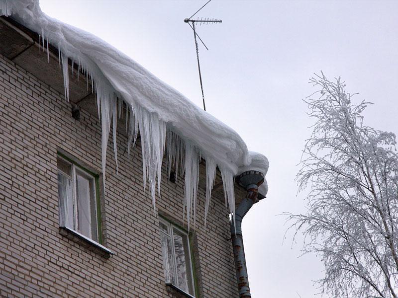 Жалобы жителей Таганрога на снег на крышах домов