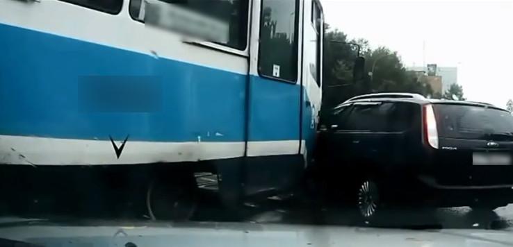 ДТП с участием иномарки и трамвая в Таганроге