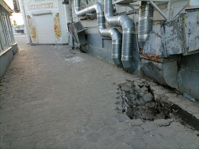 Ямы в Таганроге представляют опасность для пешеходов и автолюбителей