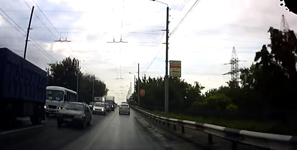 Движение по Бакинскому мосту в Таганроге было парализовано после двух аварий
