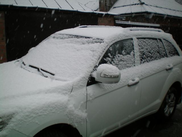 Машина засыпанная снегом в Таганроге