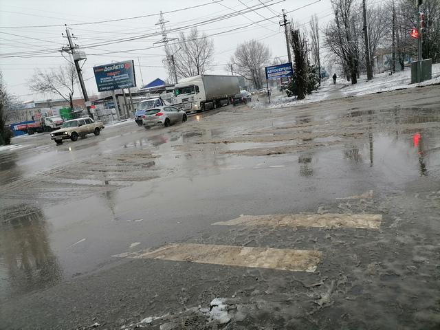 Снежный апокалипсис превратил дороги Таганрога в грязное месиво
