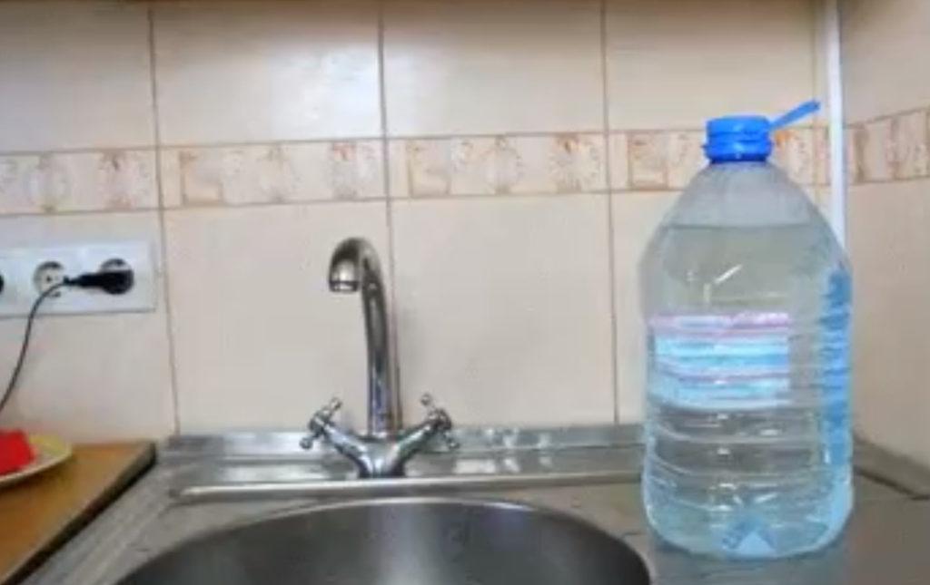 Отсутствие воды в Таганроге заставляет горожан покупать её в баклажках