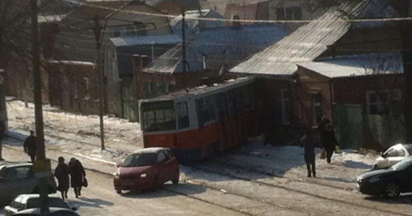 В Сквозном переулке Таганрога трамвай въехал в дом