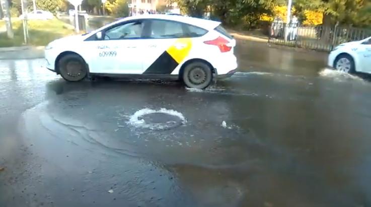 Прорыв воды в Таганроге на переулке 7-й Новый