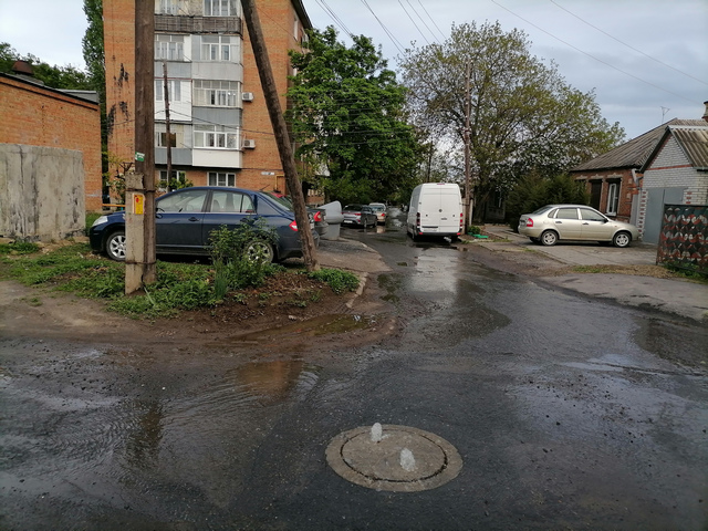 Авария водопровода на 22-й Садовой площадке в Северном районе Таганрога