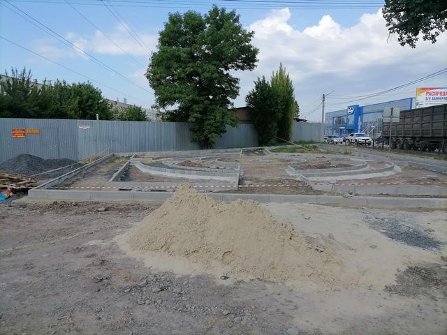 Дизайнерская клумба в Таганроге на Поляковском шоссе